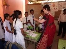 Frau Pinger verteilt Kugelschreiber an Anura-Schüler (Spenden von Firmen, Krankenkassen und Banken)