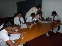 Deutschunterricht im neuen Klassenraum (über 30 Schülerinnen und Schüler nehmen teil)