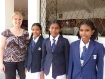 die drei neuen Patenkinder (Maheesha, Ganesha und Sansala) mit dem Freundeskreismitglied Sabine Wirges